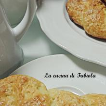 Treccine di ricotta senza burro e uova ( 3 anni del blog )