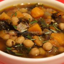 Zuppa con cavolo riccio viola, zucca e ceci