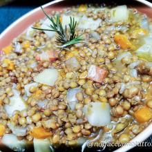 Zuppa di lenticchie e patate cotta nel coccio