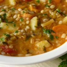 Zuppa di orzo, lenticchie e piselli con patate, porri e carote