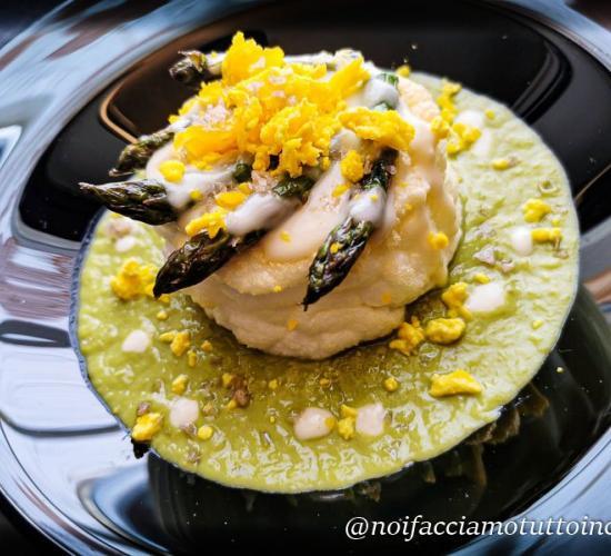 Asparagi e uova con salsa al parmigiano