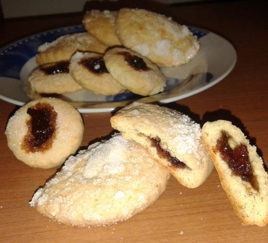 Biscotti ripieni di confettura di mele cotogne