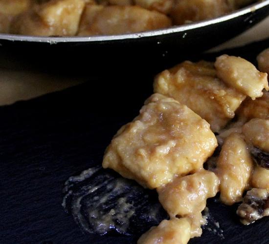 bocconcini di pollo in salsa al cognac con mandorle e uvetta