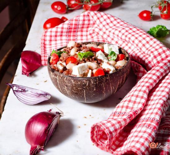 Bowl di riso rosso con fagioli pomodorini e feta