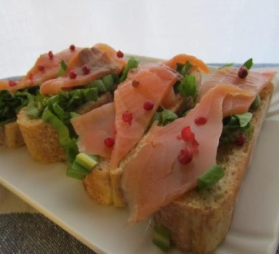 Bruschette salmone affumicato radicchio e vinaigrette