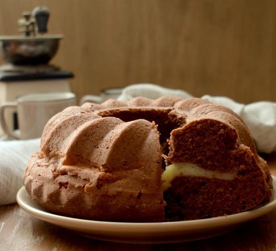 Bundt cake al cacao con crema alla vaniglia