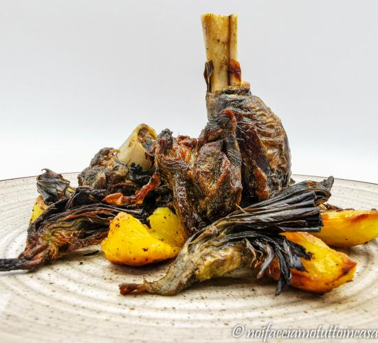 Capretto arrosto al forno con carciofi e patate
