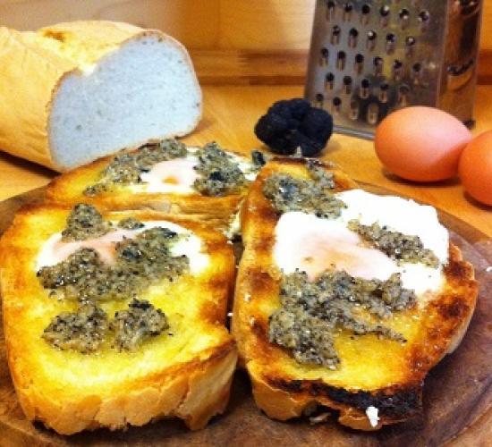 Crostini uovo e tartufo nero