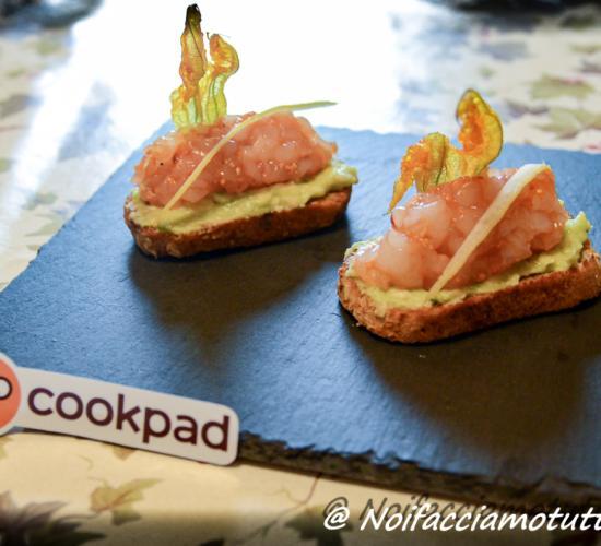 Crostino con avocado, salmone marinato e fiori di zucca