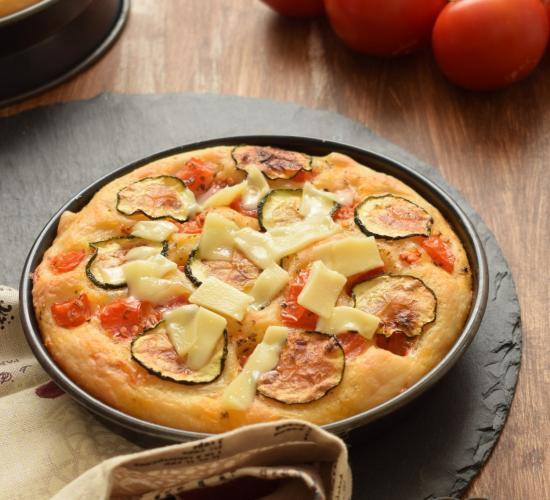 Focaccia al formaggio con zucchine pomodori e emmentaler