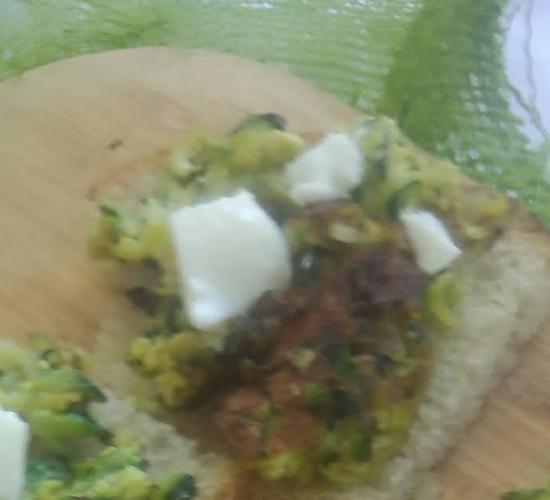 I crostini con pesto di broccoli  e formaggio  primosale