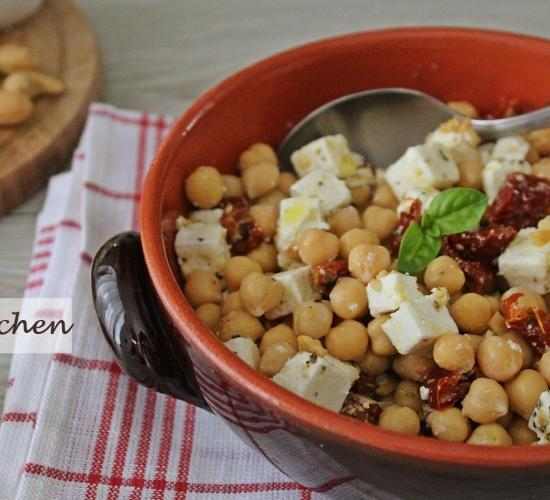 Insalata di ceci, pomodori secchi, feta e anacardi