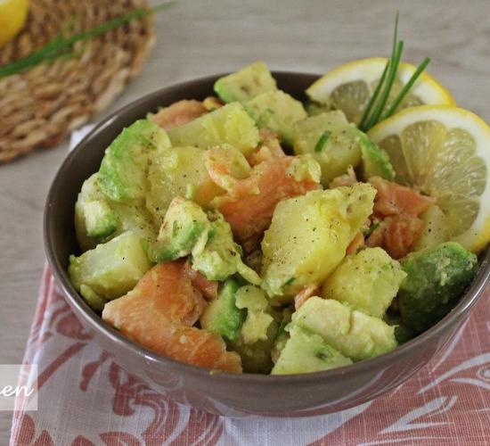 Insalata di patate con salmone e avocado