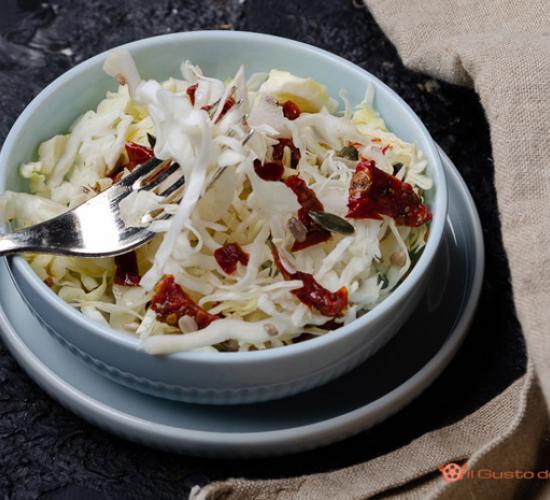 Insalata di verza con pomodori secchi