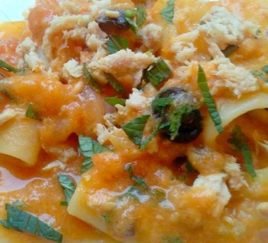 Paccheri con salsa al tonno e olive