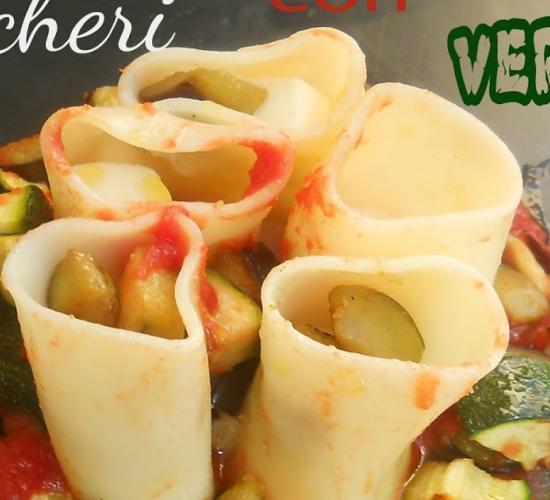 pacchero senza glutine su letto di pomodoro con corona di verdure croccanti
