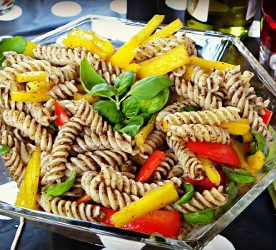 Pasta fredda: fusilli peperoni basilico e crema di olive