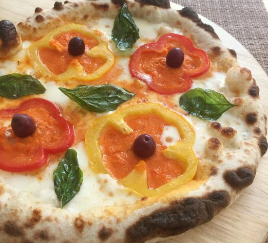pizza ai peperoni e basilico fritto