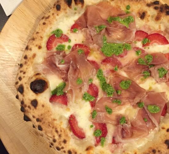 Pizza con fragole, prosciutto di modena dop e pesto di rucola