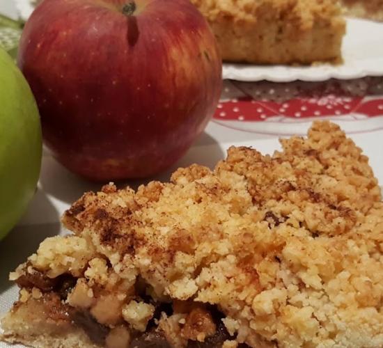 Sbriciolata di mele, uvetta e amaretti al profumo di cannella