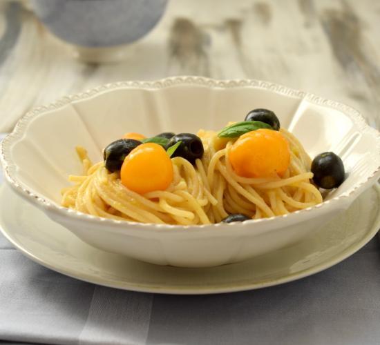 Spaghetti alla crema di ciliegini gialli e olive nere