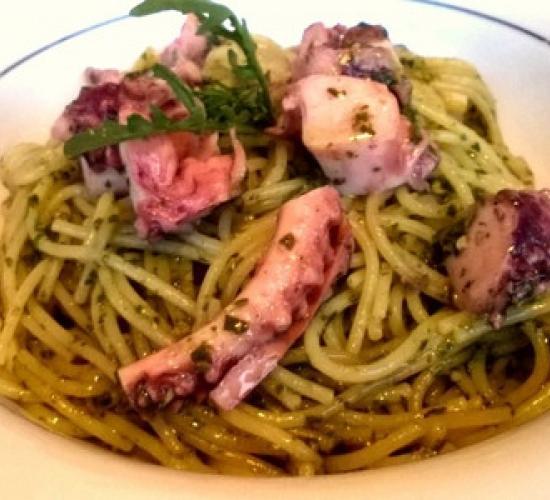 Spaghetti polpo e pesto di rucola