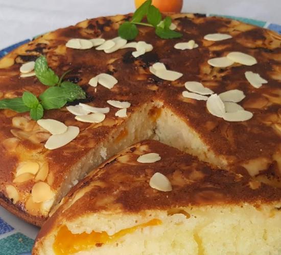 Torta con yogurt al cocco, albicocche e mandorle cotta in padella