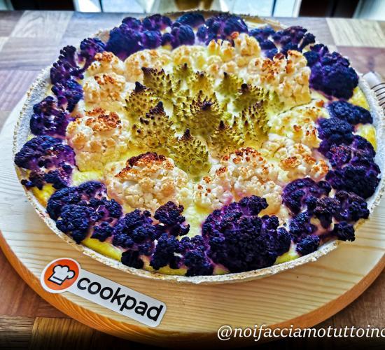 Torta salata con cavolfiori, cavolo romanesco e salsiccia di tacchino